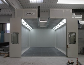 Pressurized oven booth with wet filtering system and upper opening for inserting pieces with overhead crane