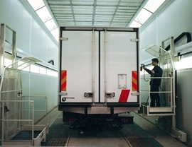 Pressurized painting-drying oven booth with mobile platforms for the operator