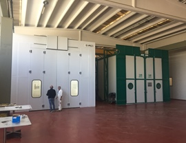 Pressurized oven cabin and sandblasting cabin with upper openings for inserting containers with overhead crane