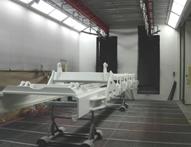 Liquid painting booth with double rail overhead conveyor and side door for access of large special pieces