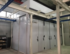 Static oven (T 120 ° C) with sliding door and side door with several leaves. Tracks for the entrance of hangers
