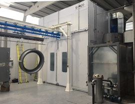 Pressurized spray booth with automatic sliding doors and wet filtering system