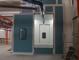 Internal view of the primer booth with vertical air flow with total grating on a metal base and with automatic sliding doors